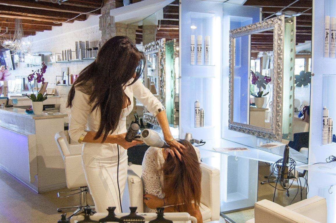Salone Parrucchiere Glamour al lavoro